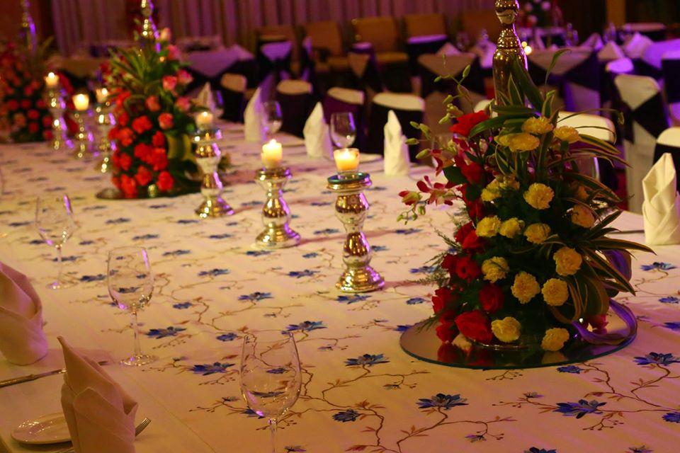 floral table decoration idea
