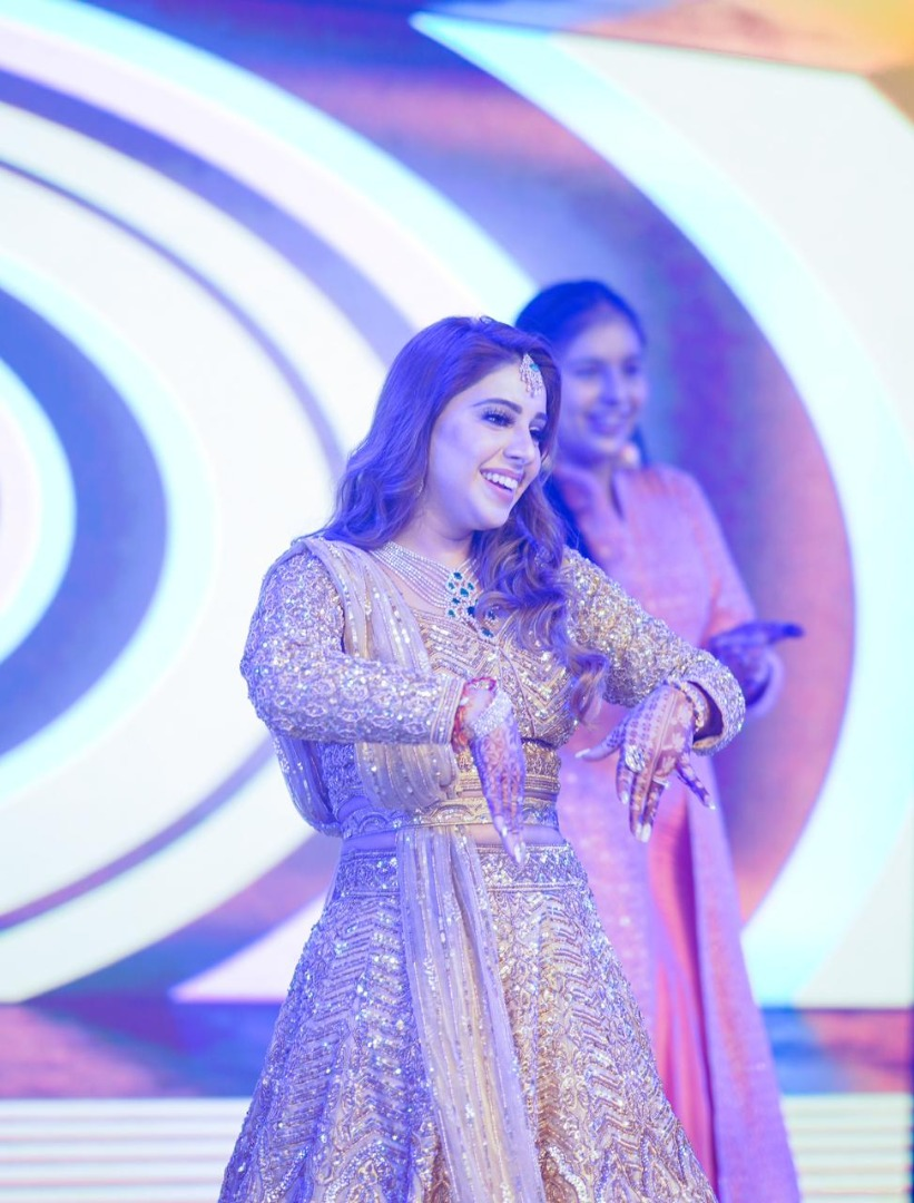 bride in pastel lehnga dance on stage