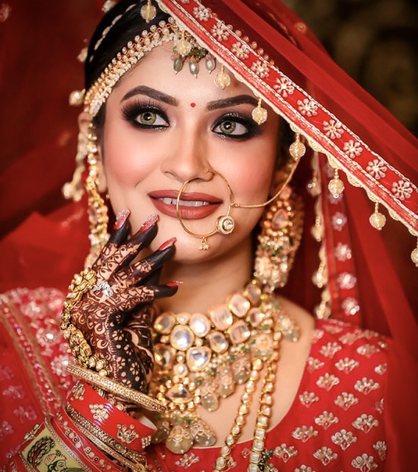 bride pose with her long veil and mehndi