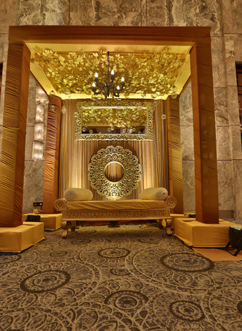 golden theme Reception stage decoration idea