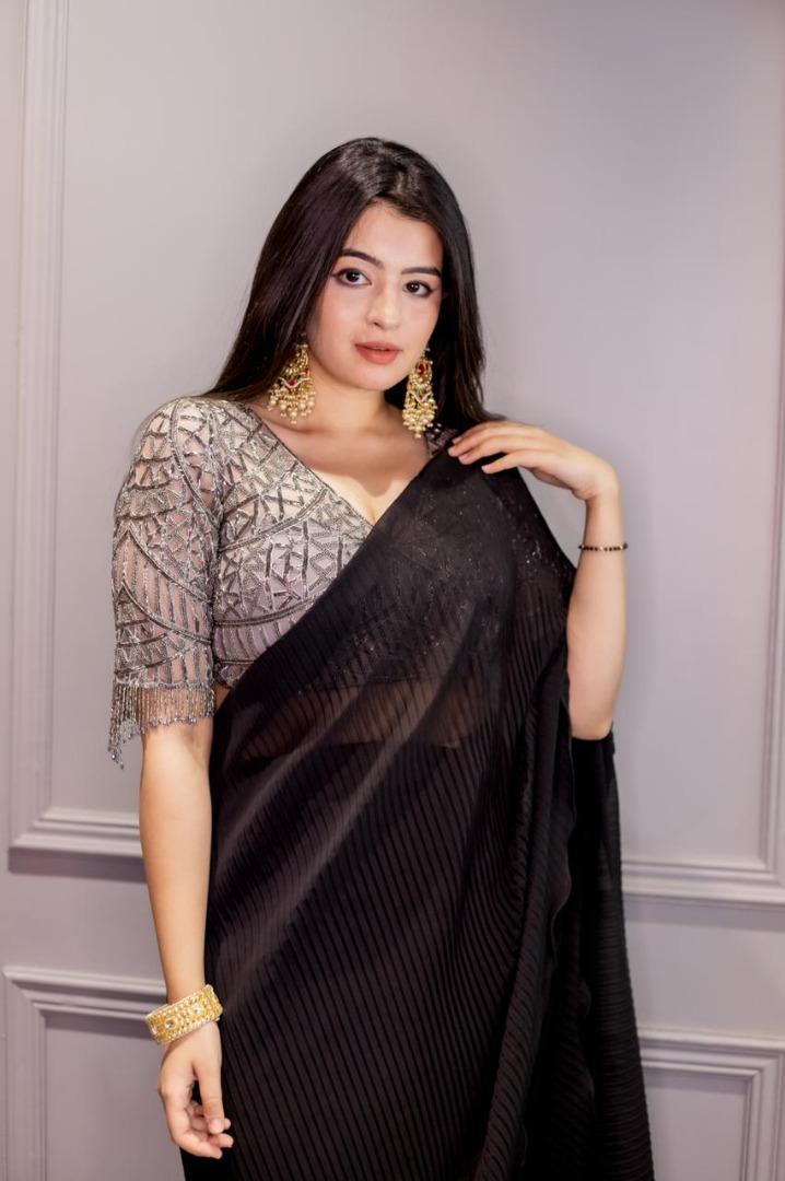 bride in natural makeup with black saree