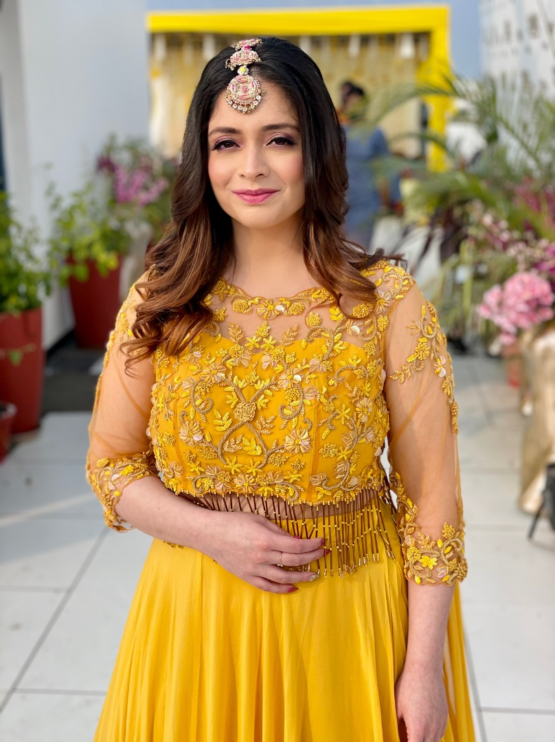 natural makeup and yellow outfit