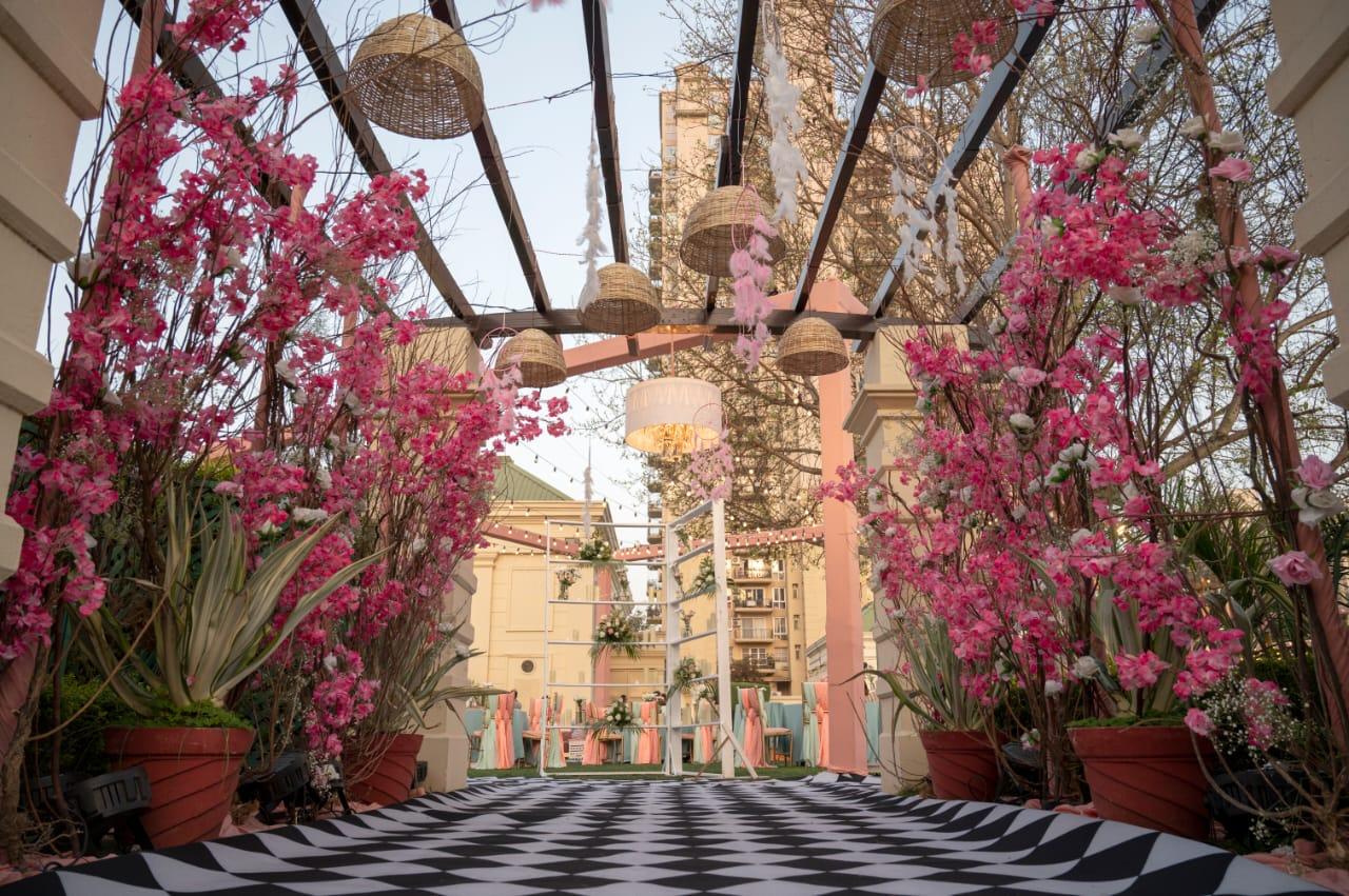 beautiful pink floral entrance décor
