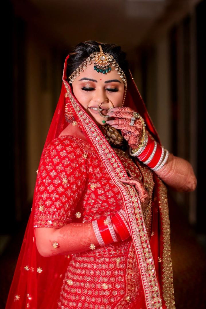 beautiful bride pose with her nath