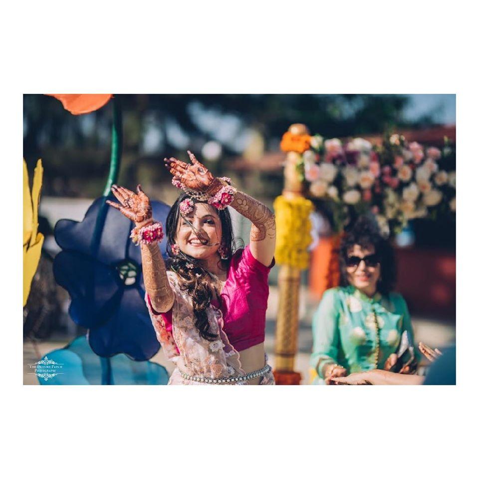 Happy Bride Mehendi Dance Photography