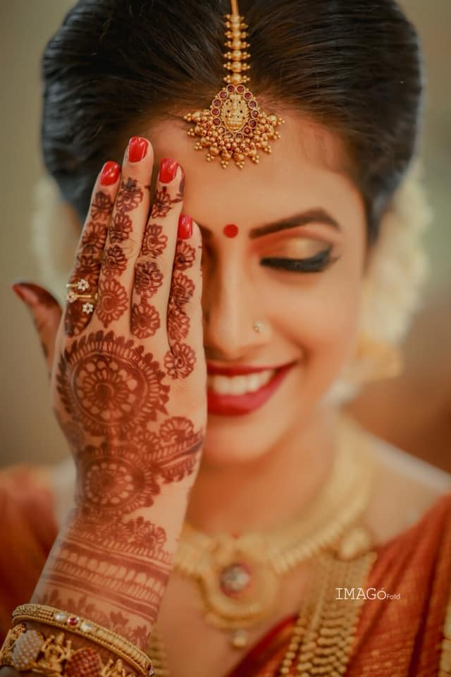bride poses with her mehendi