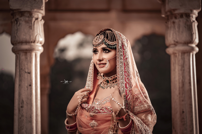 bride in maang tikka and stunning paasa