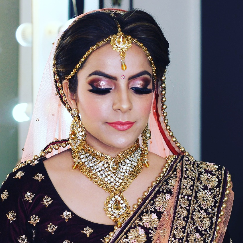 Beautiful natural bridal glowing makeup with shimmery eyes for red lehenga