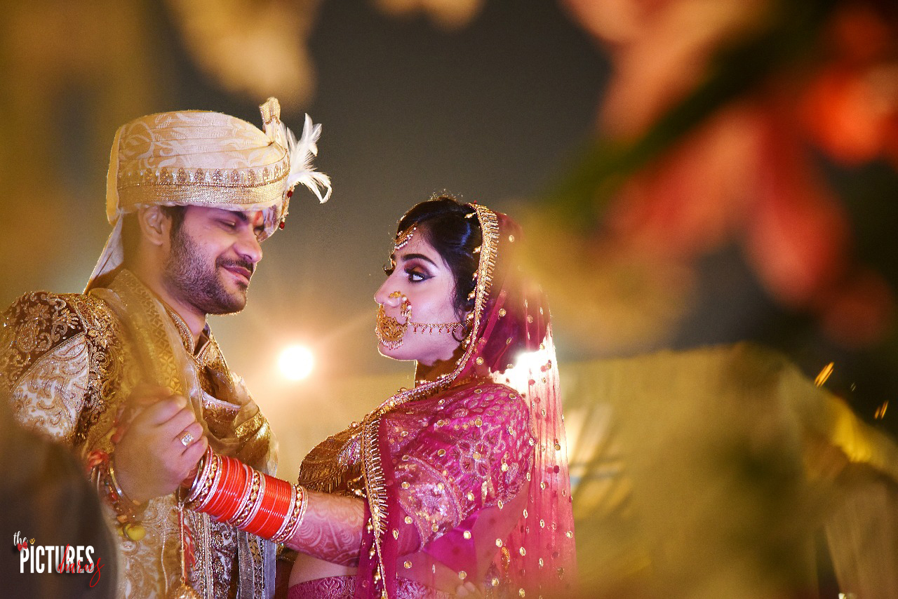 Romantic Pose Ideas for Bride and Groom