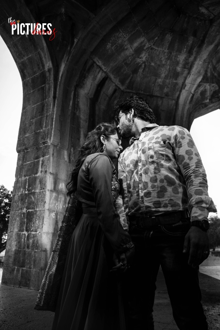Black and White Pre-wedding Images