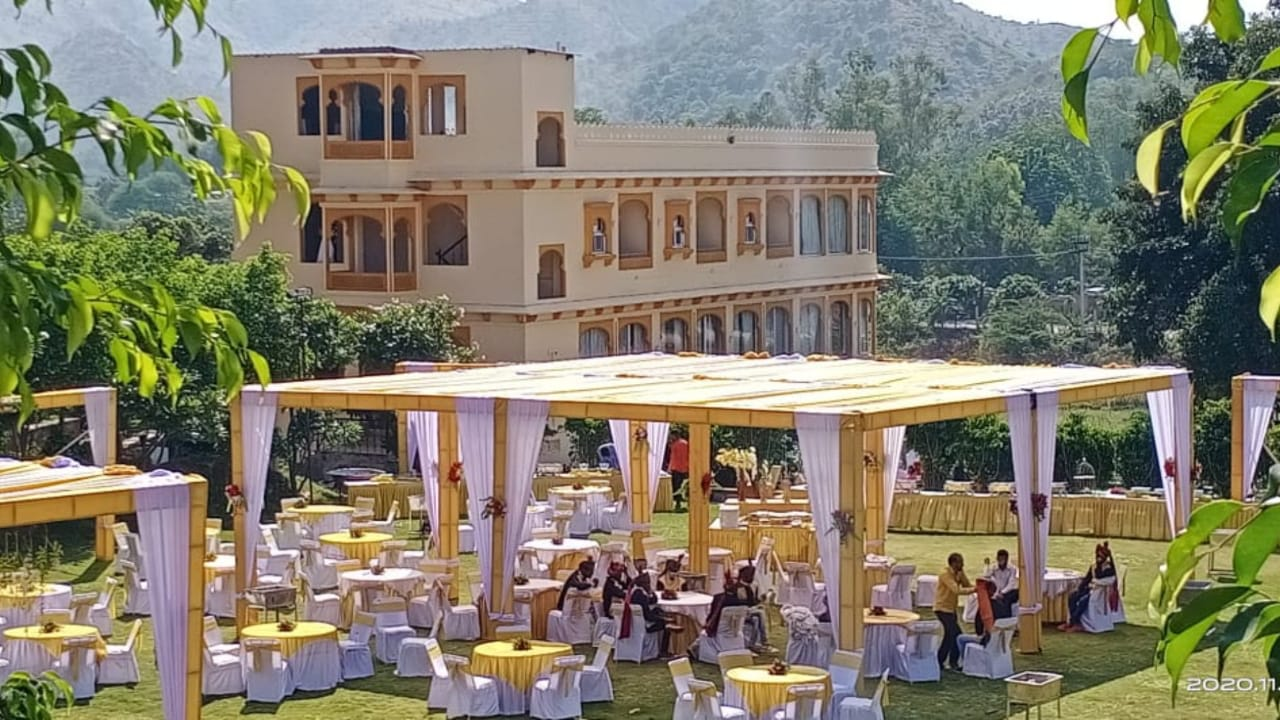 white and yellow outdoor wedding décor