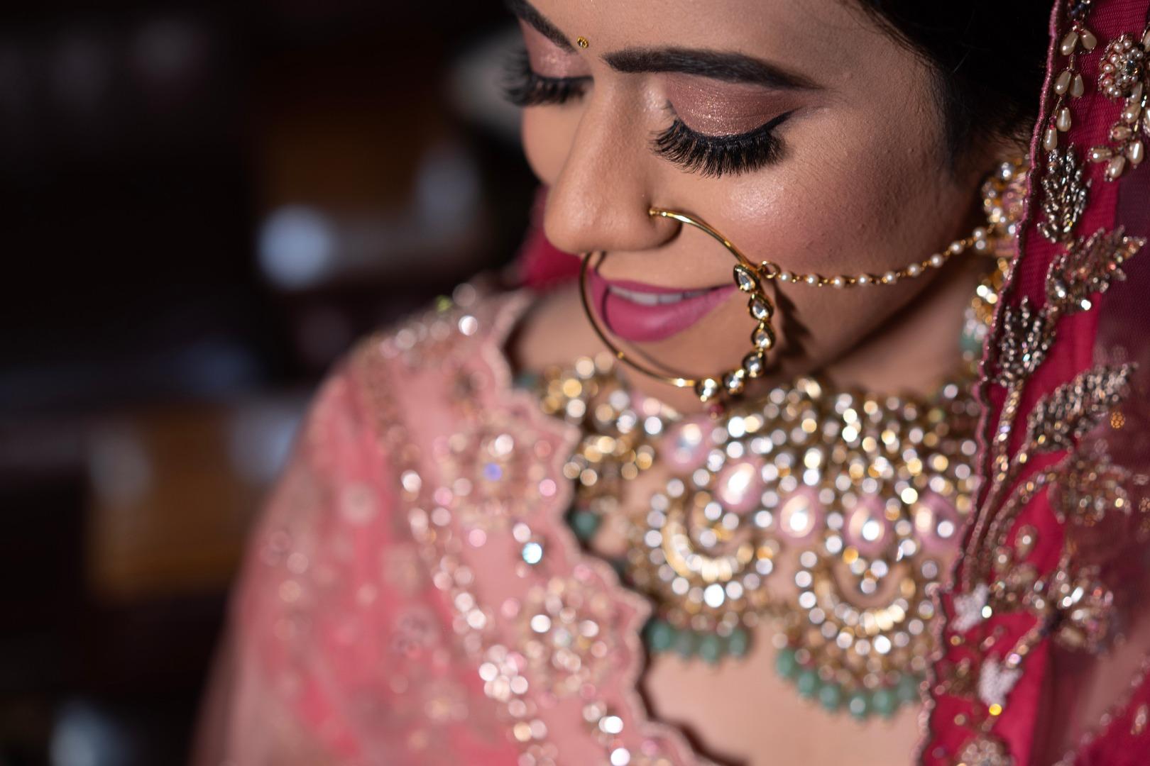 bride in soft pink nude makeup