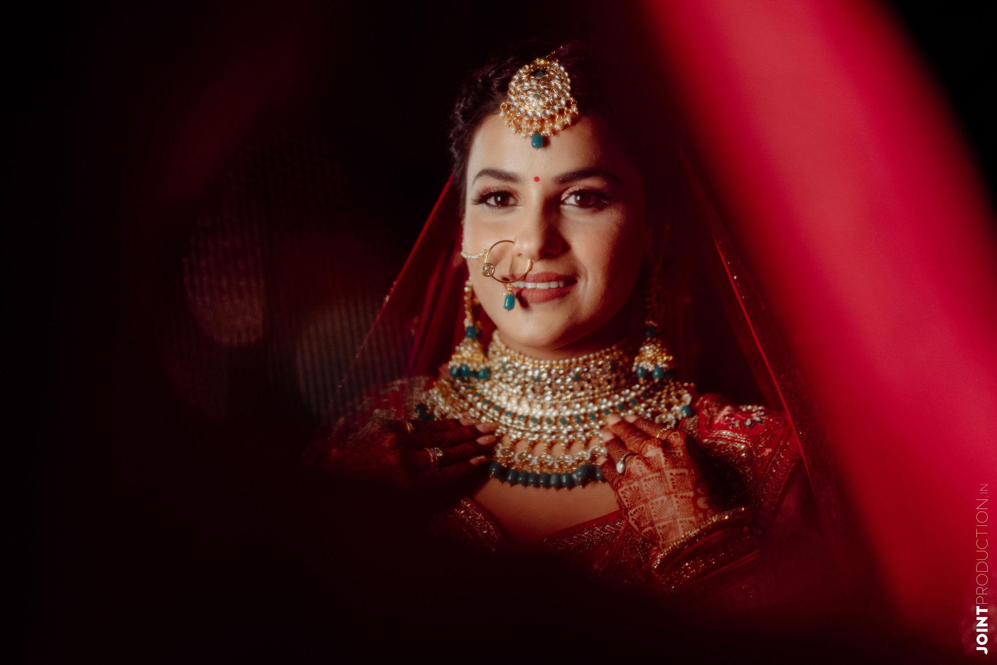 bride in green bridal jewellery