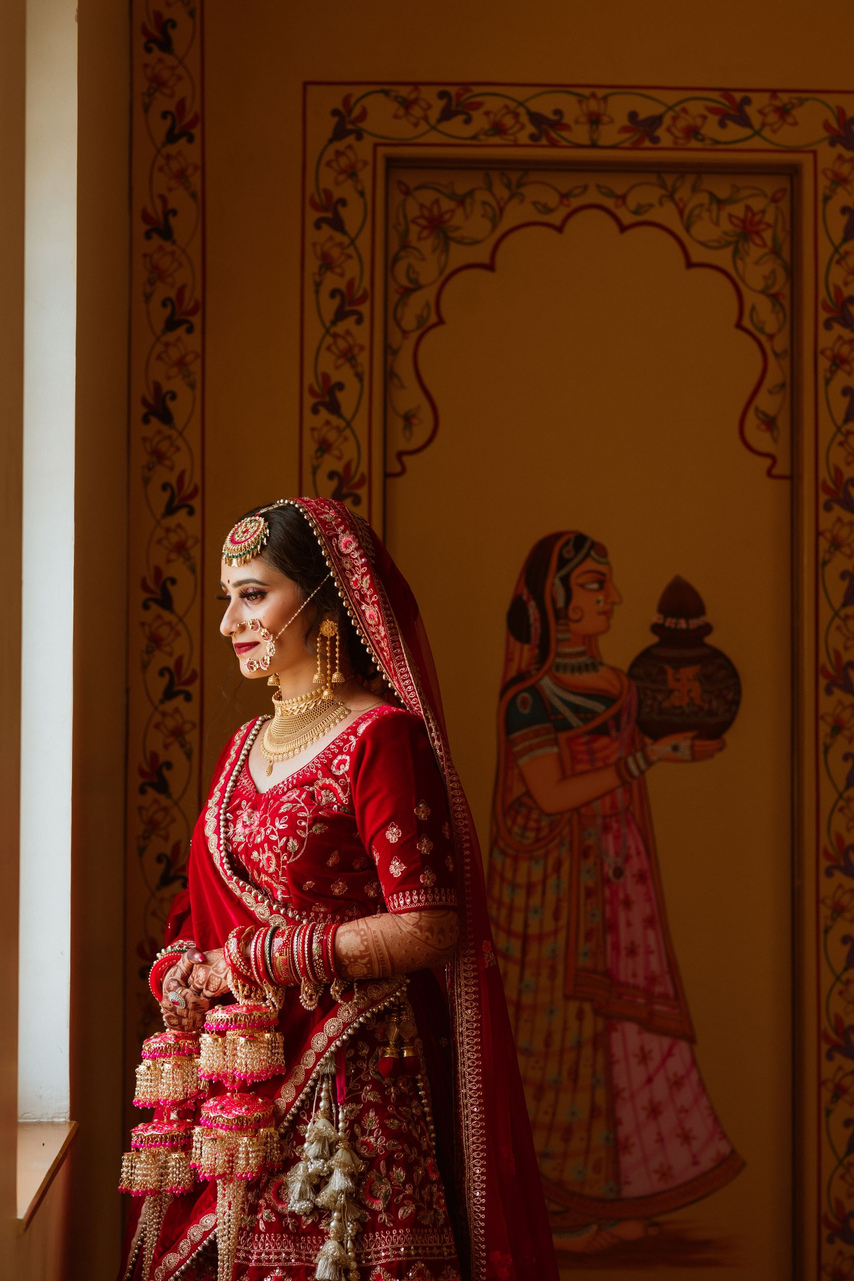 bride in pink bridal kalire and gold bridal jewellery