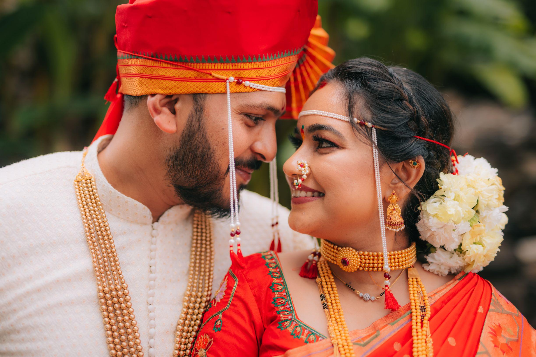 gorgeous shot of the maharashtrian couple