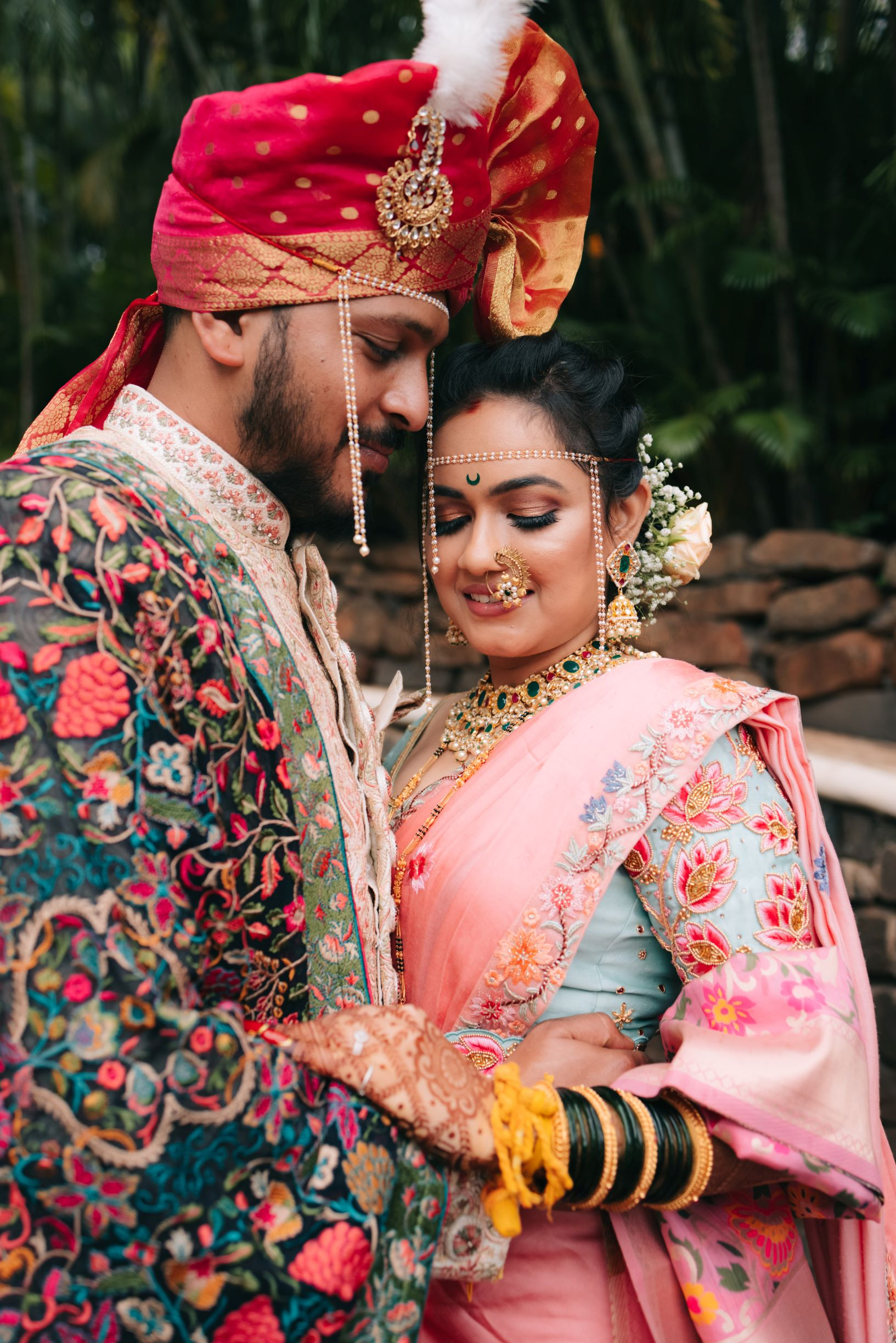 maharashtrian couple in pastel pink outfits