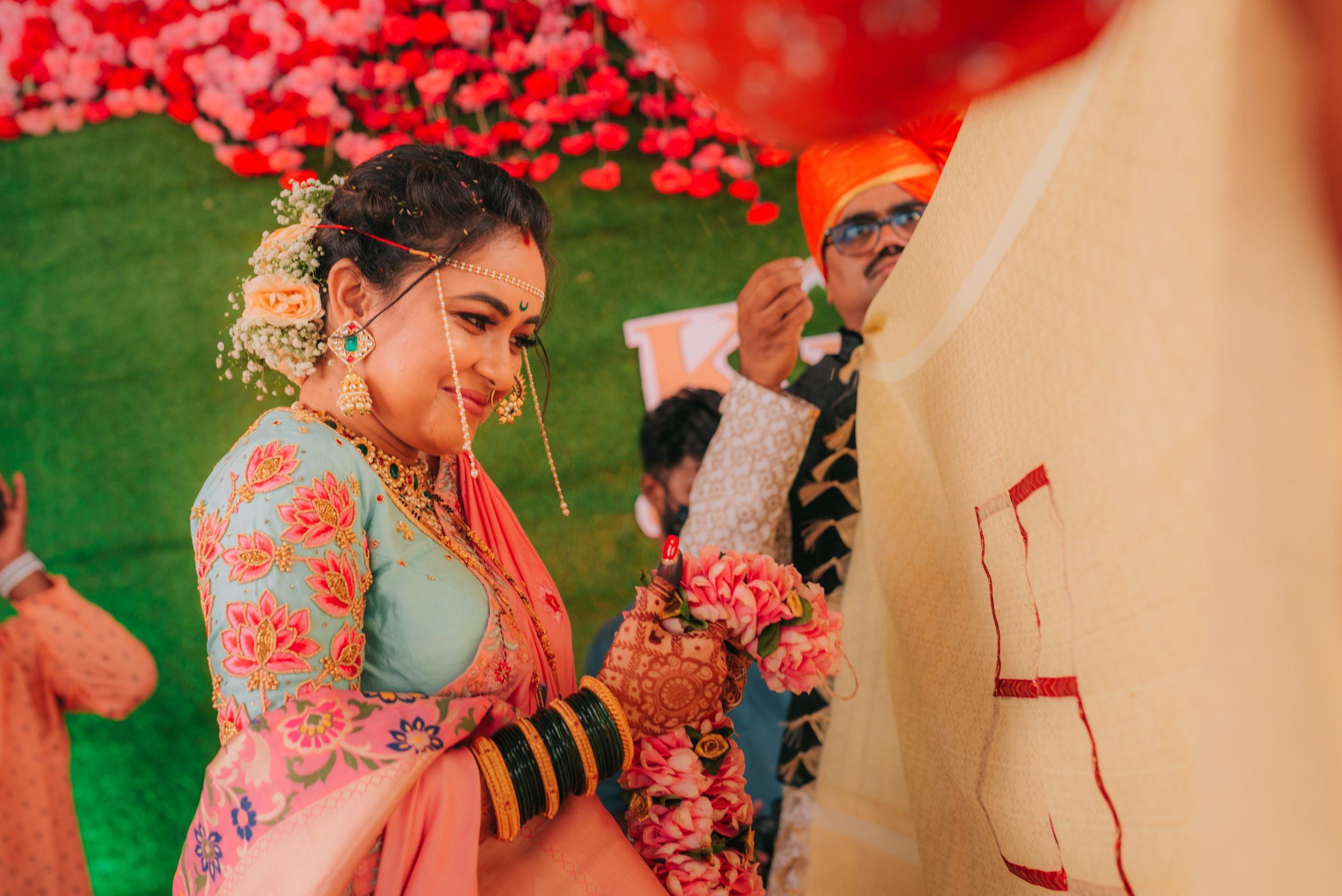 marathi bride at her jaimala