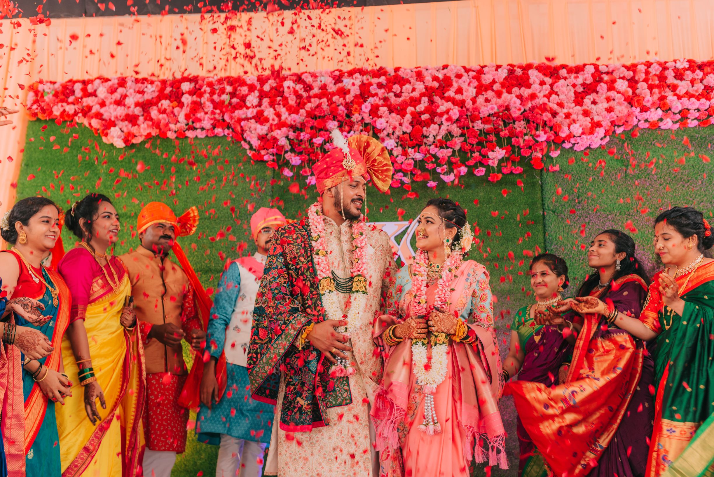 marathi couple at their jaimala