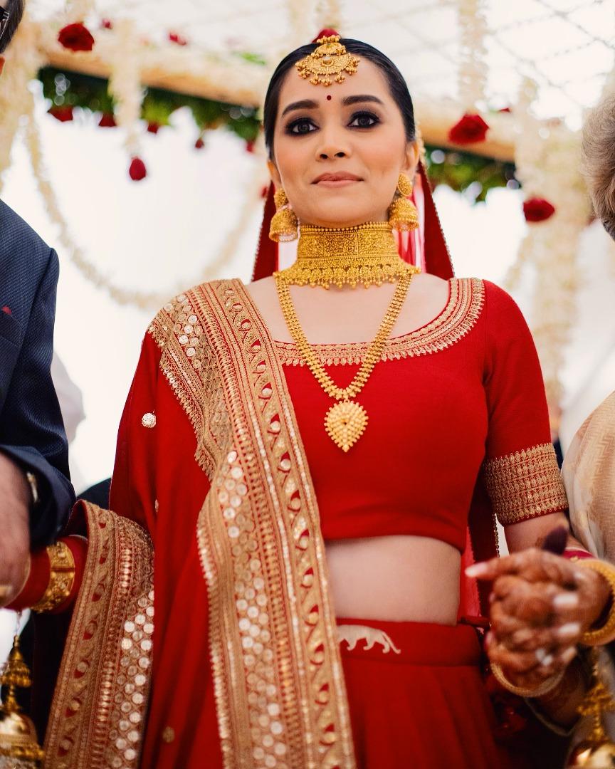 sabyasachi bride in red bridal lehenga